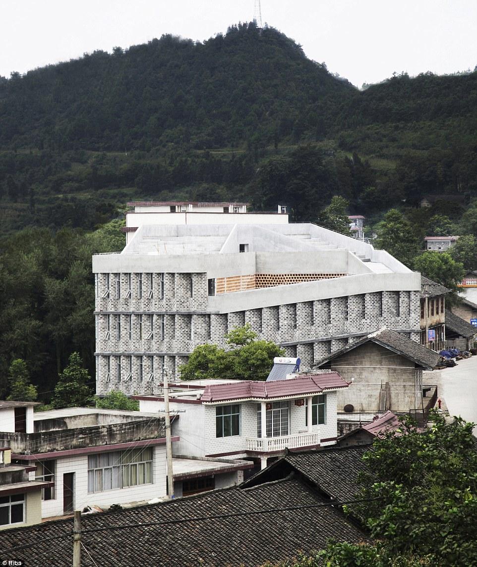 3408f24900000578-3584492-angdong_hospital_in_baojing_county_china-m-124_1462965504534